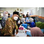 Bupati Bandung, Dadang Supriana mengapresiasi vaksinasi di SMK Ma'arif Cicalengka. Pasalnya, sekitar 2.600 vaksin diberikan dalam kurun waktu satu hari. Dok: Instagram @humaskabbdg.